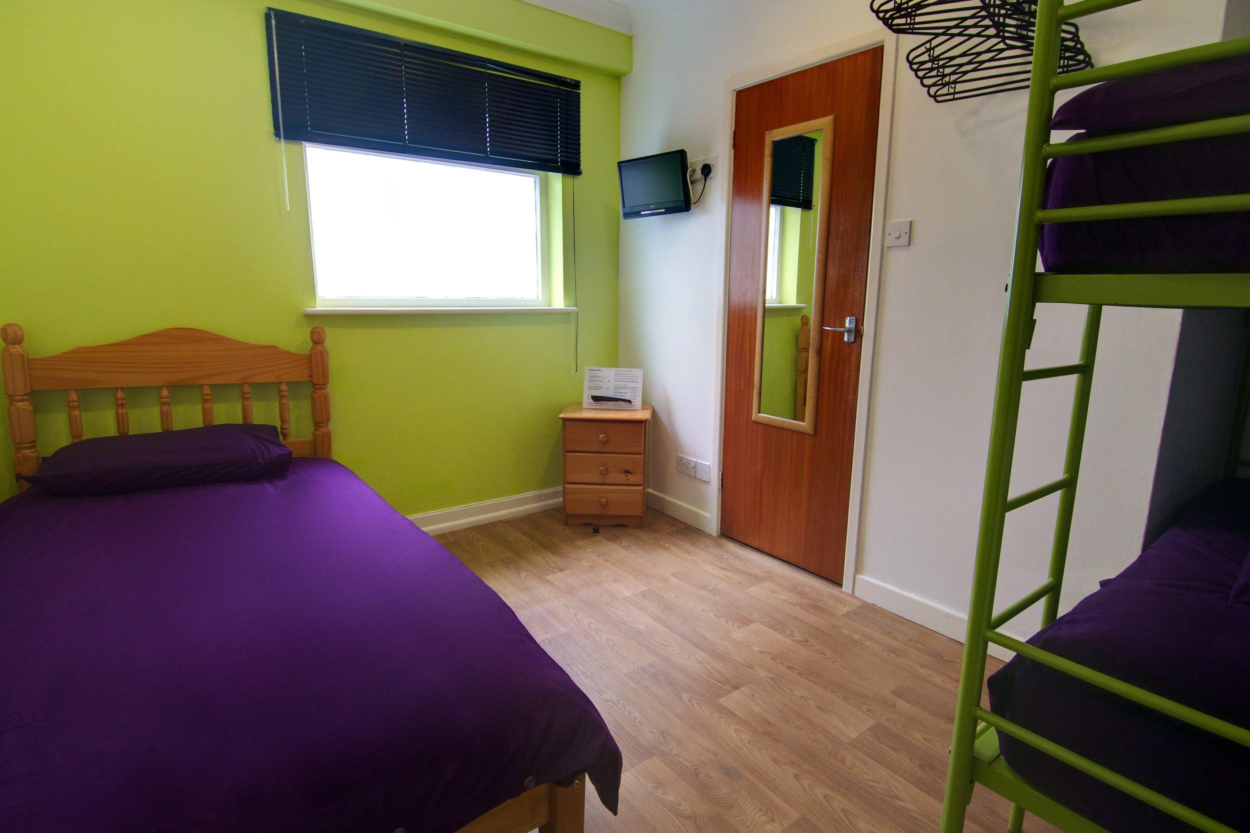 Triple bunk room 1 [large].jpg