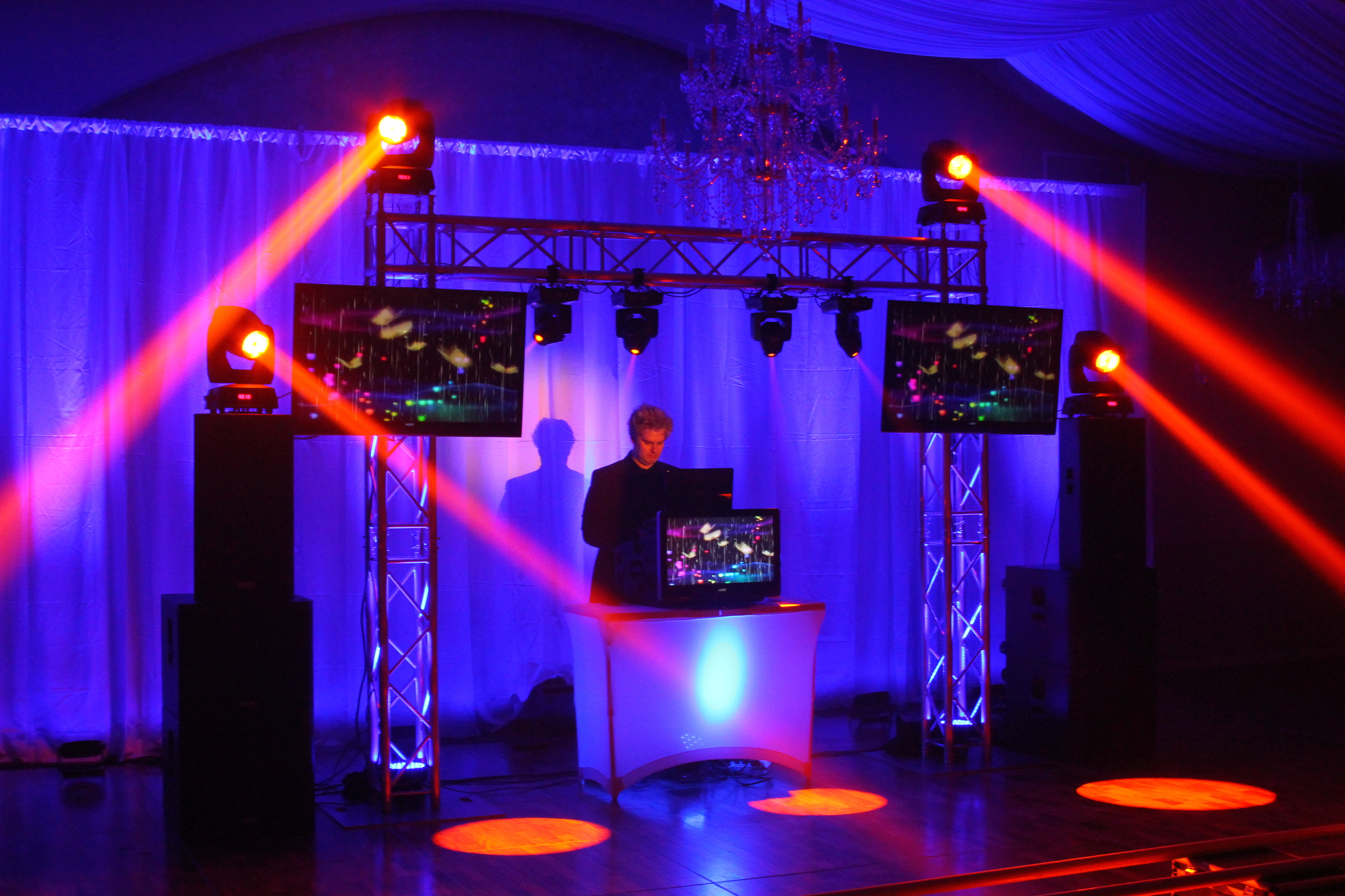 TIGER VJ PACKAGE Moving lights keep the dance floor grooving.