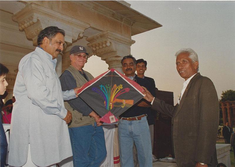 Babu Khan presents a kite to the Maharaja of Jodhpur as Tal Streeter looks on Photo courtesy Ajay Prakash