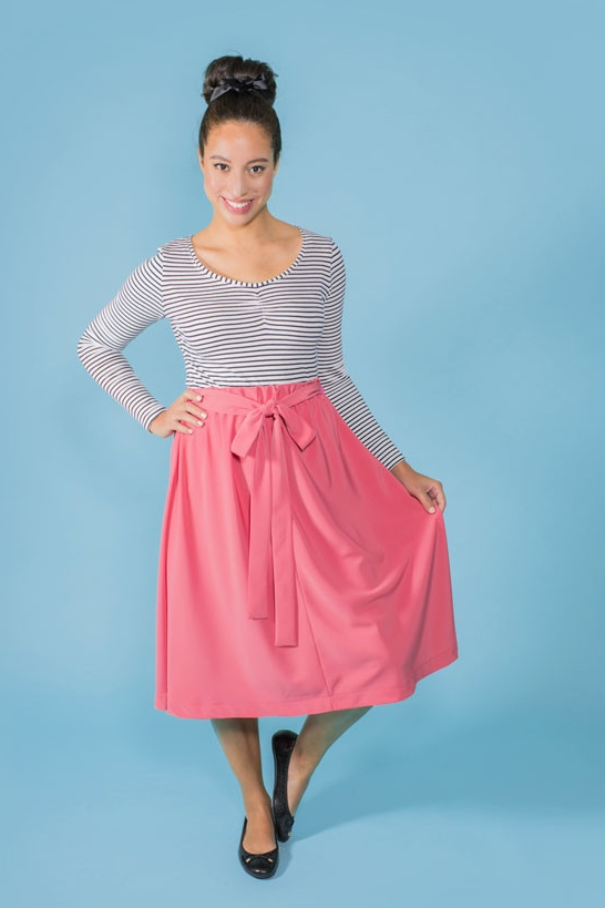 DOMINIQUE  Tilly & The Buttons  A straight skirt, designed to be super simple for beginners.It features straight seams to practise your stitching and an elasticated waistband for an easy fit - with no fiddly zips or buttonholes. Choose from knee length or above-the-knee hemline, and the optional turnover top patch pockets.