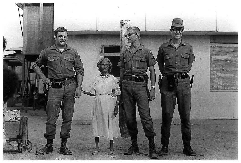 Annie Leibovitz-American soldiers and the Queen of the Negritos