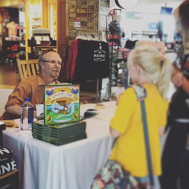 Ed Shankman hard at work signing books for the holiday-travelers of Portland Airport! #paradiesgiftstore #shankmanoneill #booksigning #champandmebythemapletree