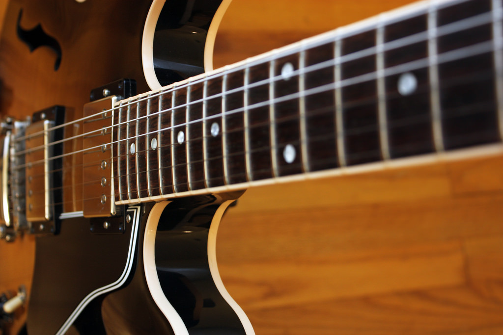 Gibson 335 neck  by  John Tuggle ,  Attribution 2.0 Generic