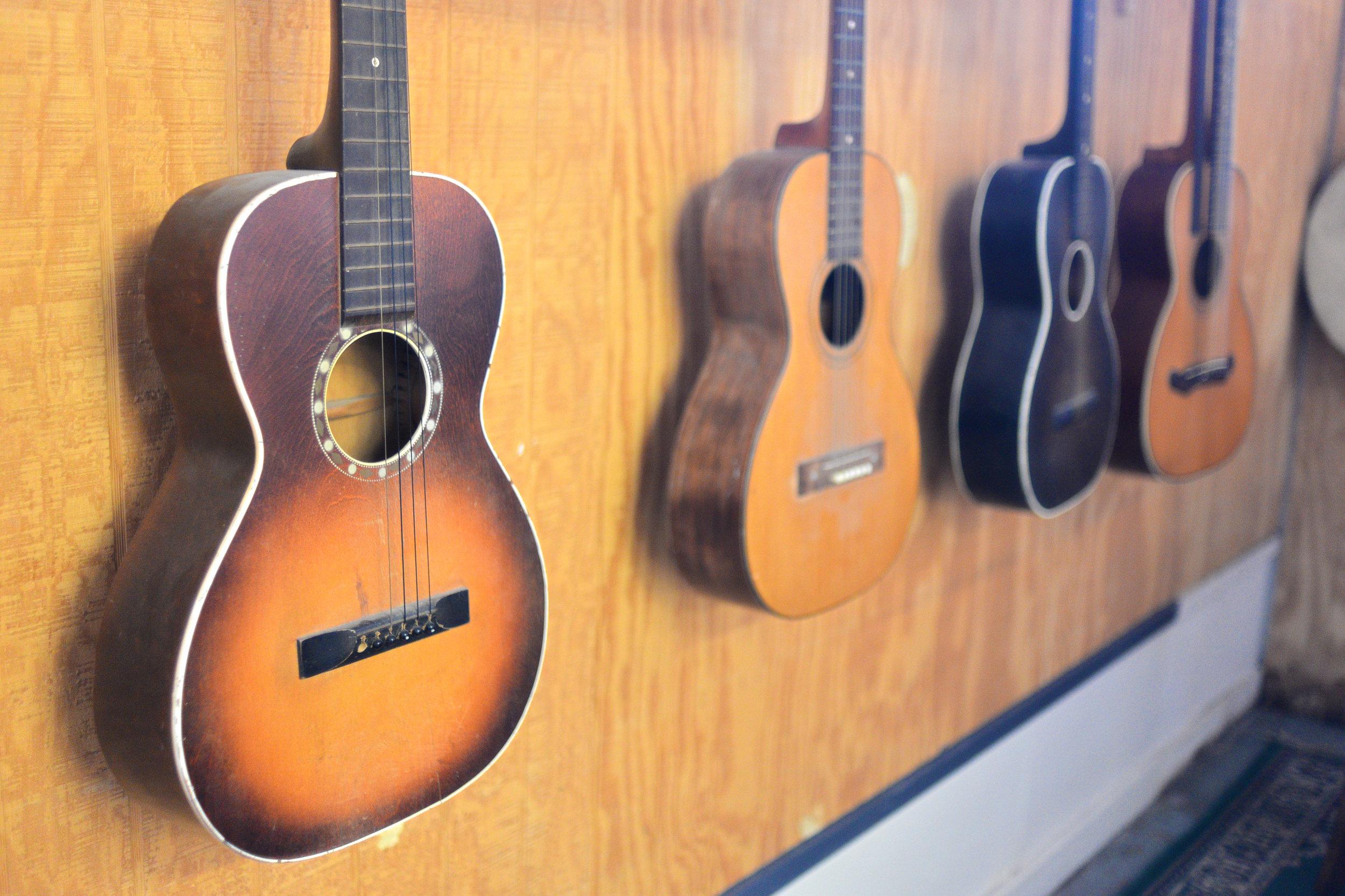 Vintage Small Folk Guitars  by  Ronald Sarayudej ,  Attribution 2.0 Generic
