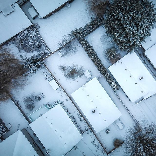 Back when the grounds were white and full of amazing shots. Everyone's yard looked the same. It was really awesome. Meanwhile some people maybe in Italy right now soaking up the good life!! 🤣 . . . .  #aerialphotography #artofvisuals #beautifuldestinations #dronephotography #pmwintergridchallenge #uav #exklusive_shot #mavicair #yyj #dronesdaily #drone #destinationyyj #destinationvictoria #roamtheplanet #multirotor #visualoflife #dronebois #drones #droneracing #dronestagram  #explorecanada #canadaswonderland #igerscanada #gf_canada #ohcanada #dji #djimavic #dronestagram #drones