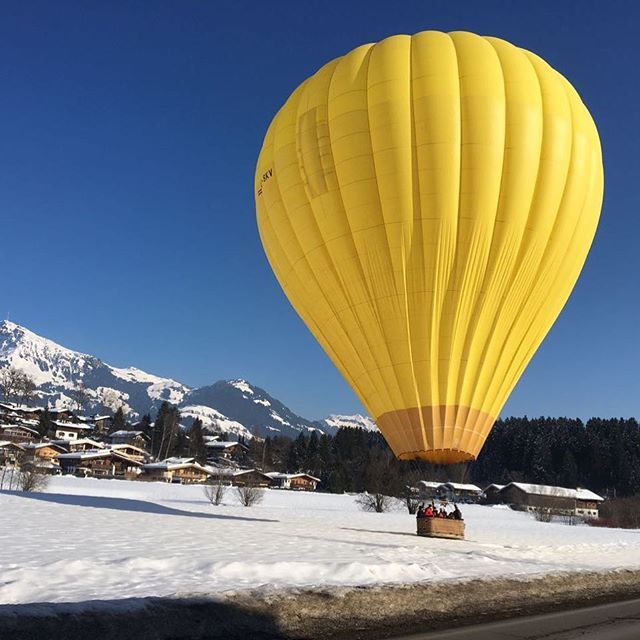 The best possible weather in the alps .  #baloon #hotairballoon #nofilter #alps #snow