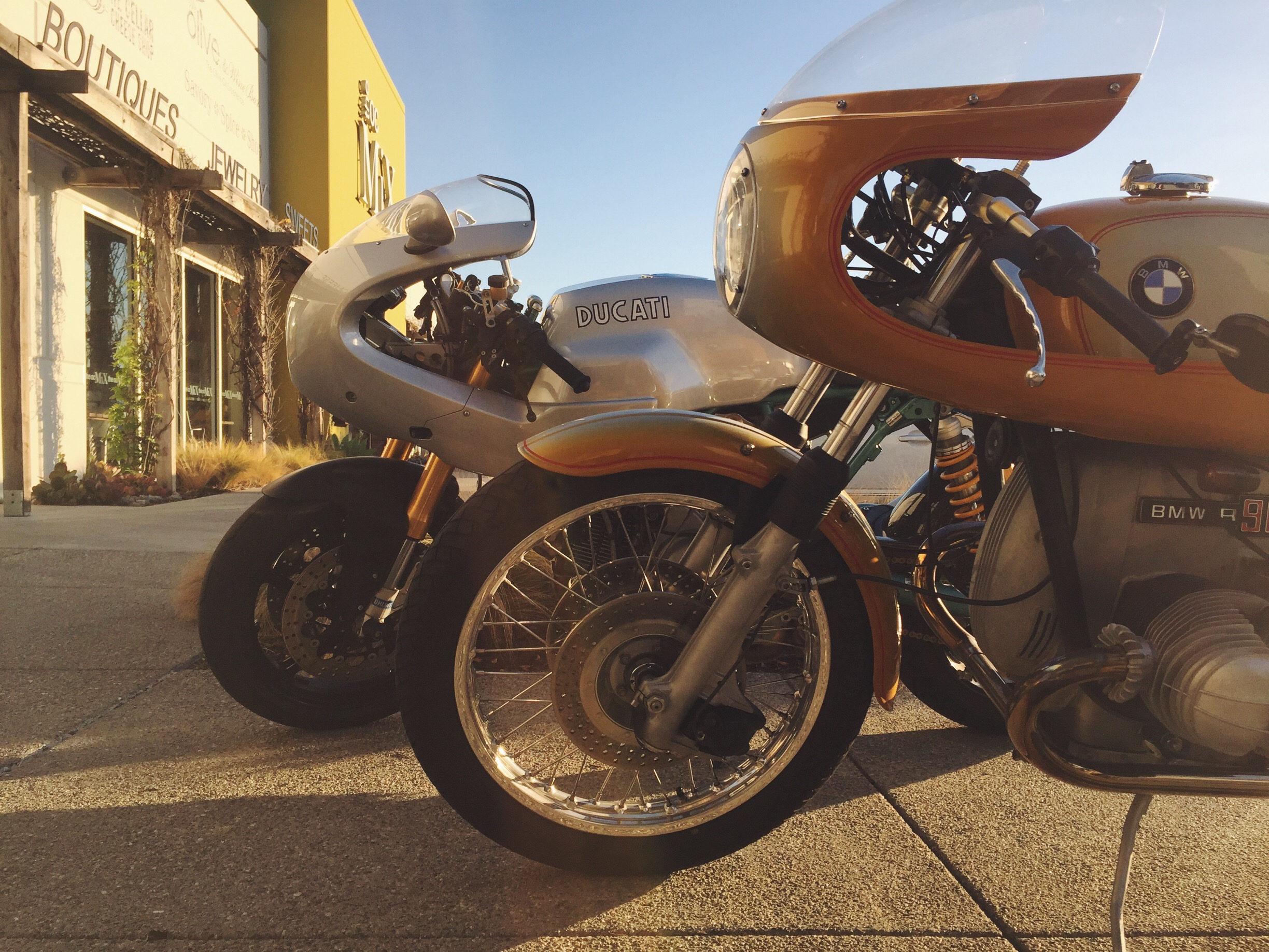 30 years apart - 2006 Ducati Paul Smart Limited Edition & 1976 BMW R90S Ritmo Sereno Traditional Custom