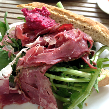 Roll with smoked rib eye with a hummus of beetroot.