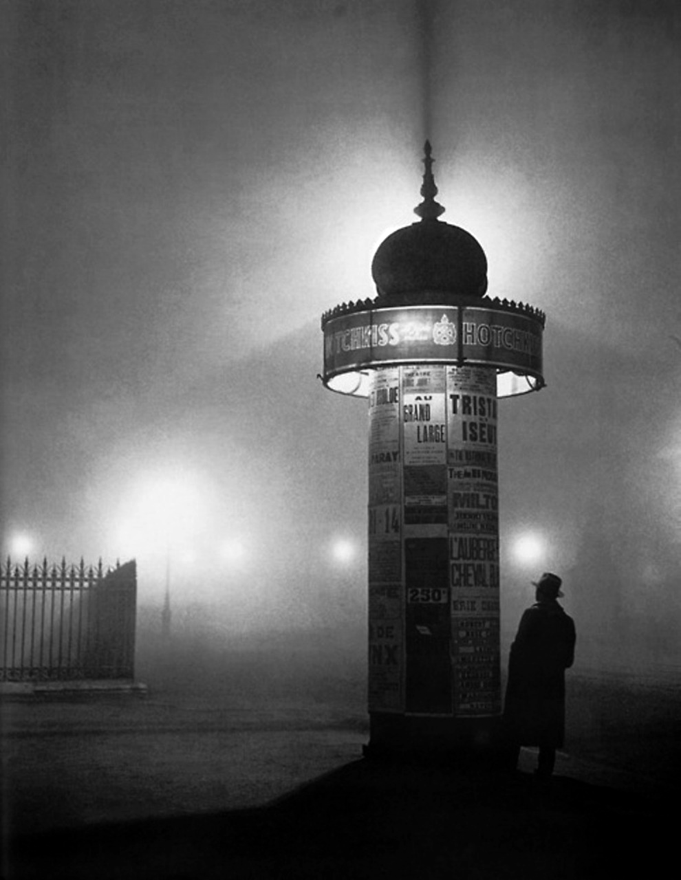 Morris column and passer-by in the fog, c. 1932