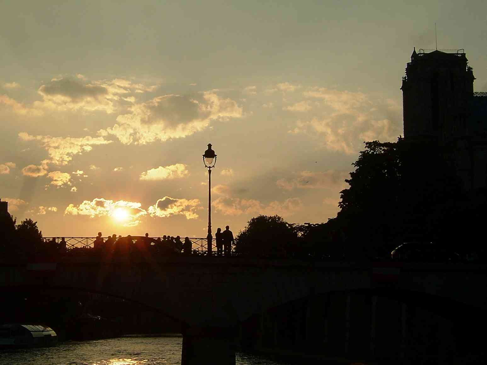 10_lovers_seine_paris.jpg
