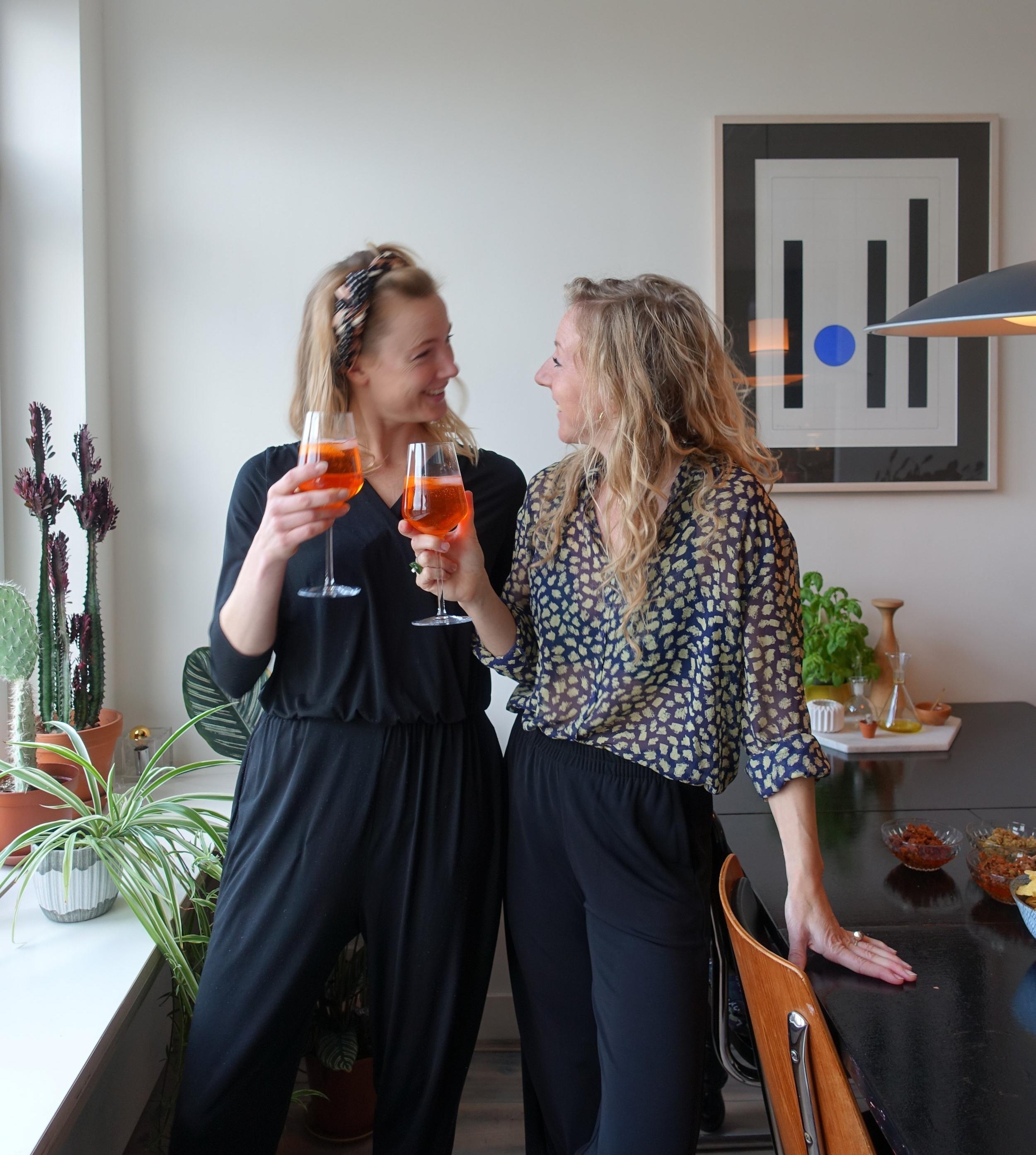Starla en Annejet proostten afgelopen vrijdag op de mooie YEDS jaren en op een full-time vriendschap na 4,5 jaar samenwerken.