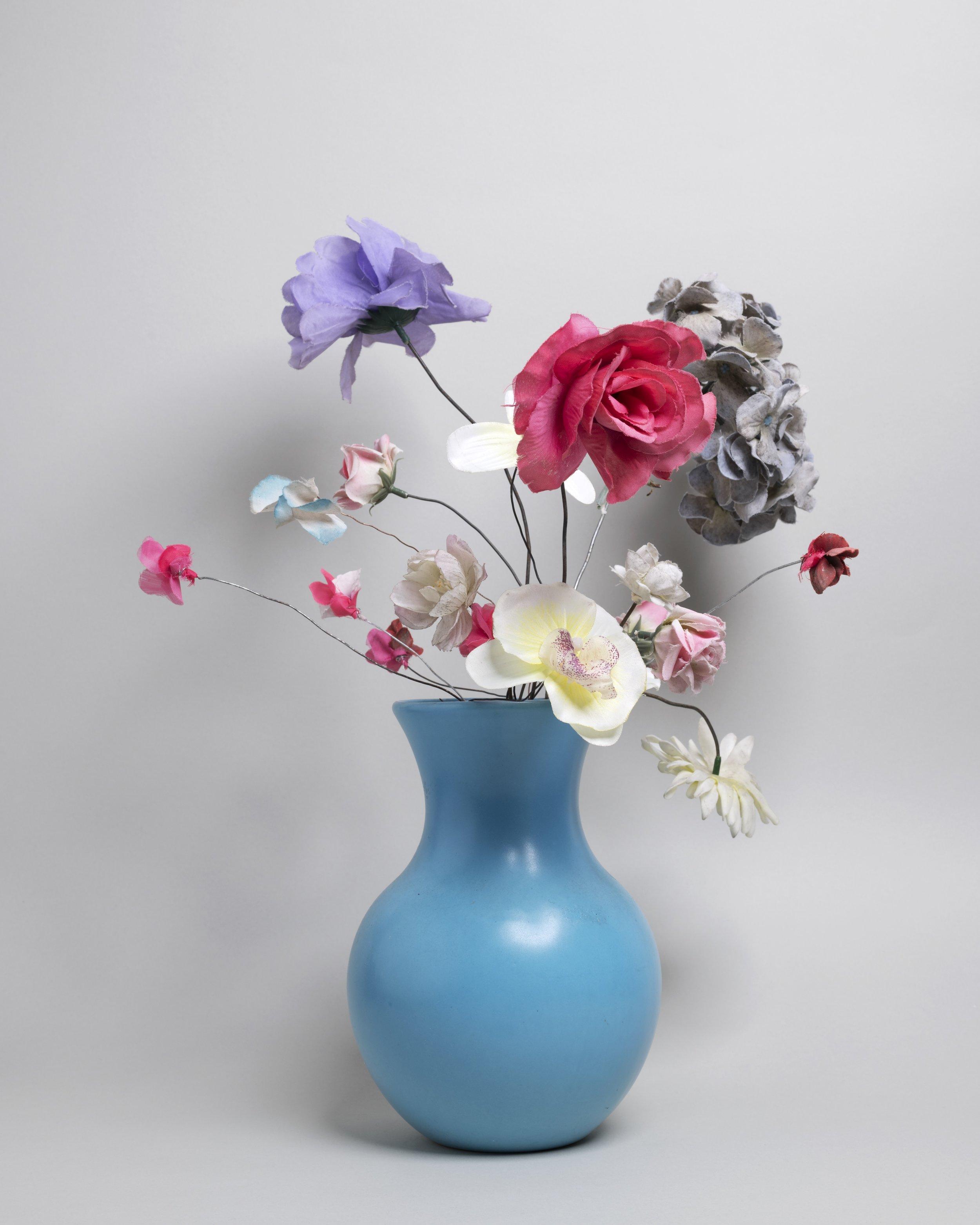 Urban jungle (city flora), blauwe vaas, 2019, editie 5 + 1 A.P. originele fotoafdruk acrylglas 40x50cm - fotografie i.s.m. Jeroen Arians.jpg