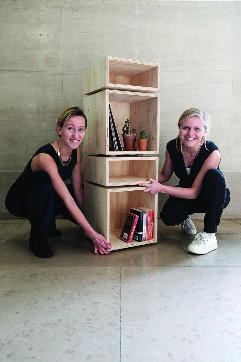 Veerle (links) en Roxanne met hun ontwerp Flexi-Belle