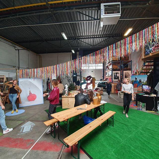 En we zijn los @keilewerf 🌈💥👀 Kom schuilen, kunst kijken, kunst kopen, je portret laten maken of karaoke zingen bij de buren van @dansvoer en een drankje drinken 🍻 • • @vicky_pylorides @malou_cohen @bodanique @tim_sake_lastplak @huisvanlies @studiodavero  #festival #keilewerf #yeds #koppeltkunst #saloon #makers #expo #verkoop #kunst #livepainting #rotterdam