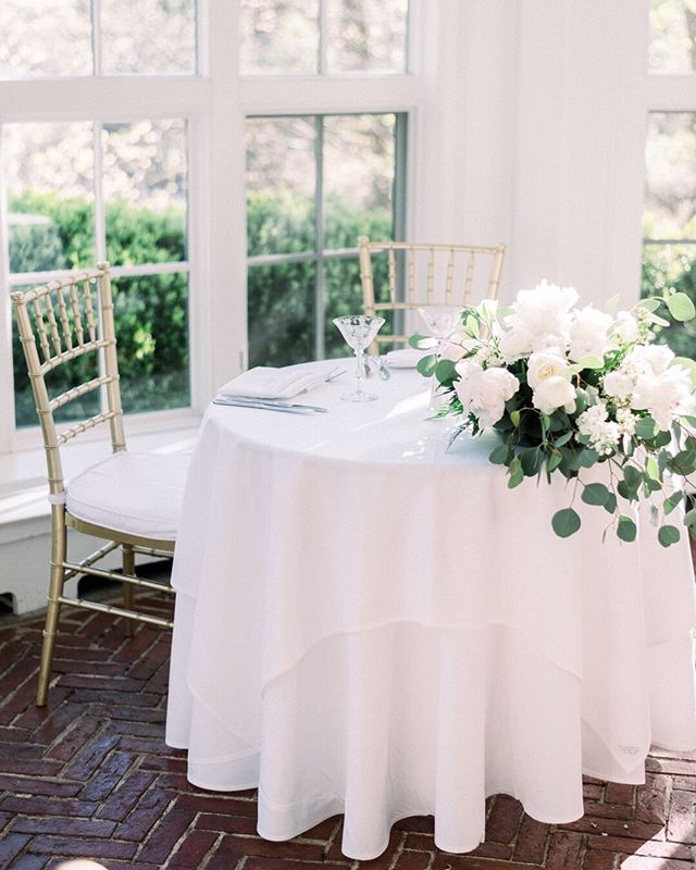 The sweetest table adorned with beautiful blooms by @flowers_by_darlene #PaigingtheWalkers