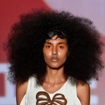 10/2018_ clique na imagem para  L'Officiel    SPFW N46: Top 5 reúne novos nomes na moda na passarela