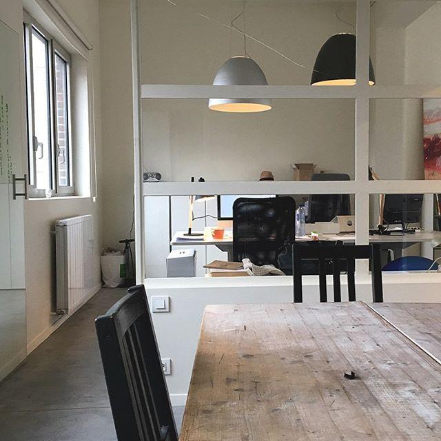 """*Annonce - Bureau à partager* 🖥 - Rejoignez un super un espace de travail partagé de type """"studio-bureau fixe"""" avec d'autres indépendants (8 au total). 👩💻 👨💻 - Pour des graphistes, architectes, photographes, illustrateurs, indépendant(e)s, traducteurs, startups, etc. 🏠 - 100m2, rénové, meublé, lumineux, +/-15 m2/personne avec cuisine, salle de réunion et cour extérieure, à côté du cimetière d'Ixelles (à deux pas de la gare d'Etterbeek). 💶 - Pour un budget de 215 euros/mois par personne (tout compris). 🤙 - Intéressé.e? Vous pouvez nous joindre au 0474 73 35 70 ou info@marinevisart.be. 🗓 - Disponibilités : - 1 poste libre tout de suite - 3 postes libres à partir de mi-février"""