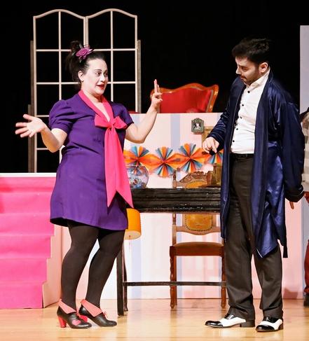"""""""Veresiye Teklif Etmeyin Lütfen!"""" oyunundan bir kare: Zeynep Nutku   Oyunda, herkesin depresyonda olduğu bir dünyada, mutsuz bir ailenin dönüşümü anlatılıyor. Bu sahnede bir oyuncuyu ilk kez gülerken görüyoruz."""