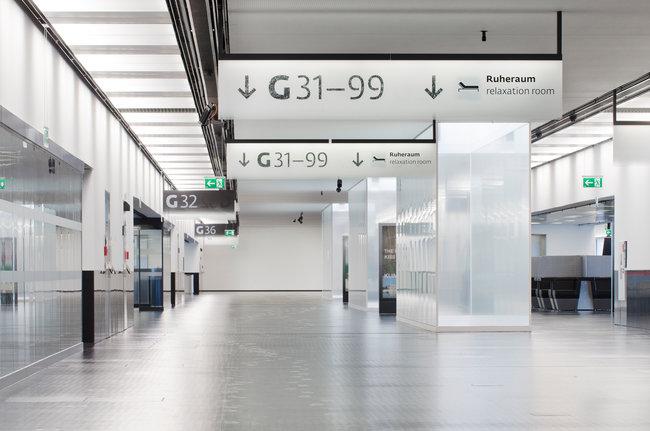 Vienna airport signage system designed by Ruedi Baur (gracias NY Times)