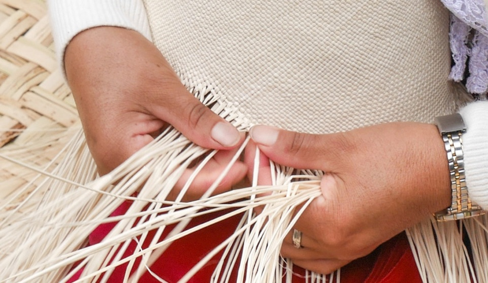Fine hand weaving at Sigsig .  Photo Pachacuti    panamas.co.uk