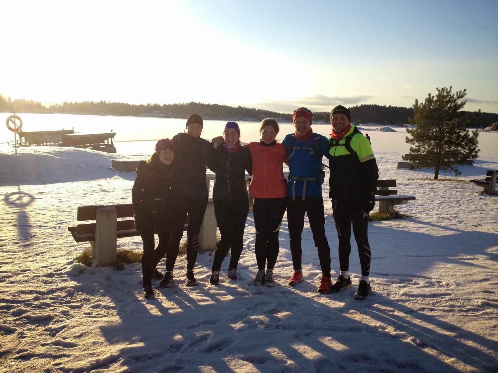 Fra dagens langtur til Fornebu i veldig godt selskap. Hele ni stk var vi, her mangler både fotografen og et par andre. Lea, Anne, meg, Siw-Mette, Stian og Raymond her i alle fall, ytterst på Storøya i strålende sol og minusgrader.