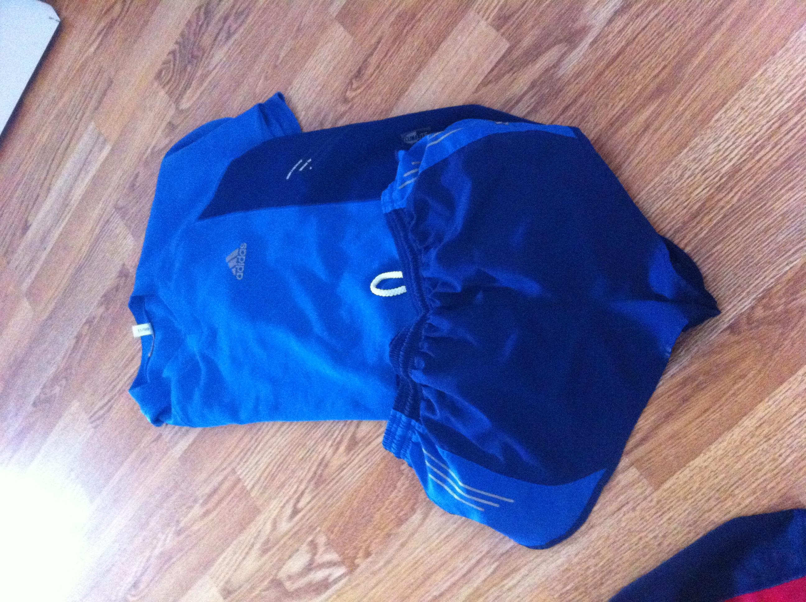 Sett med splitshorts og trøye fra Adidas