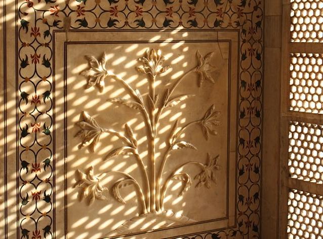 Flowers_in_Marble,_the_Taj_Mahal,_Agra,_Uttar_Pradesh,_India.jpg