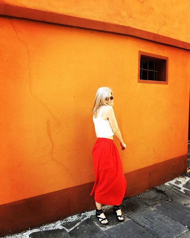 When in Tuscany 💃🏼 #italy #tuscany #fashion #ladyinred #blondehair #music #mickyblue #indiepop