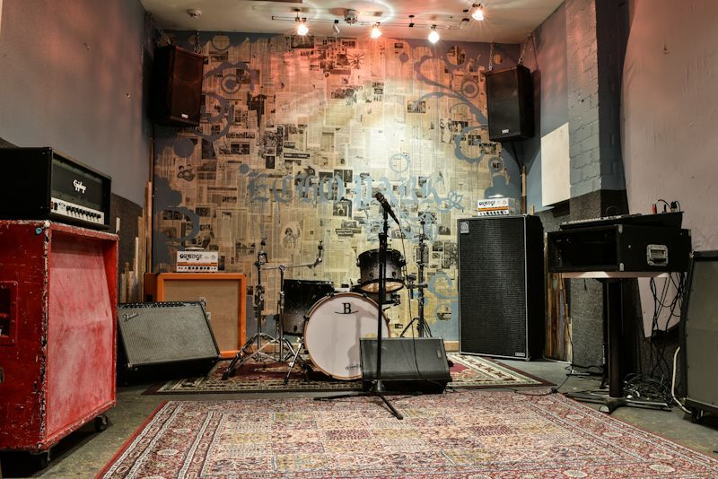 Room A  is our Echo Park themed room. Come celebrate the creative hub of Los Angeles in this stylish room.