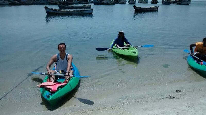 Exploring the reef on Kayaks