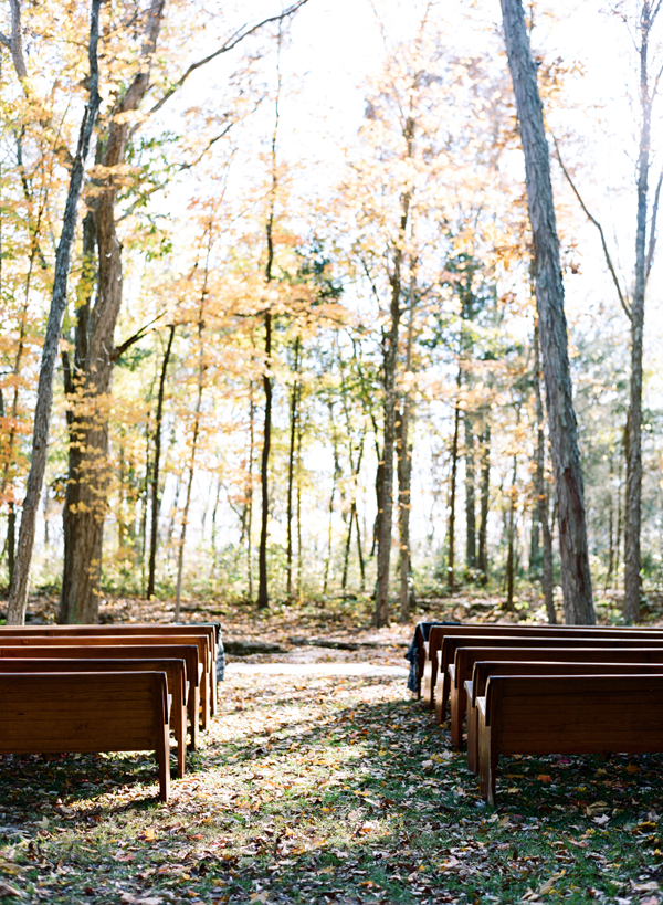 wedding-with-pews-outdoors.png