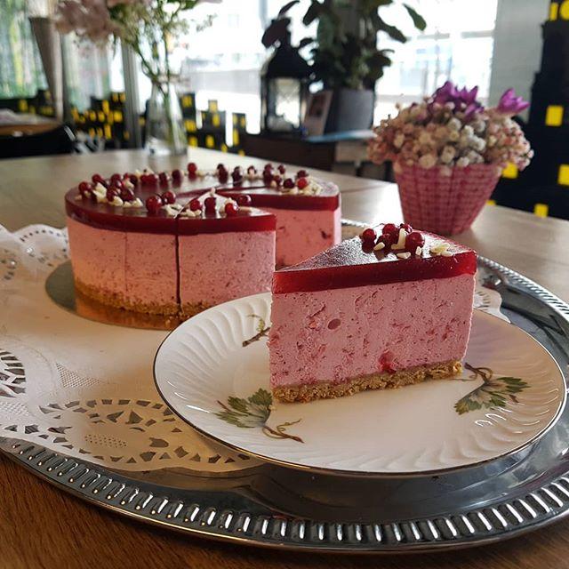 Hyvää Agricolan päivää! Kahvilassa tänään tarjolla raikkaan puolukkaista kakkua Agricolan leivoksen tyyliin. Kakkua tarjolla myös vegaanisena raakakakkuna. Tervetuloa herkuttelemaan!