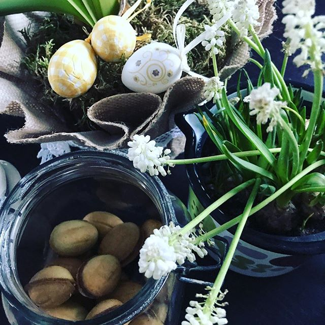 Svitlana ystävältä venäläisiä pääsiäis herkkuja. Sisällä kinuskia ja cashewpähkinä. Apua niiden syömistä ei voi lopettaa!🙊 Pakko pistää purkinkansi välillä kiinni!