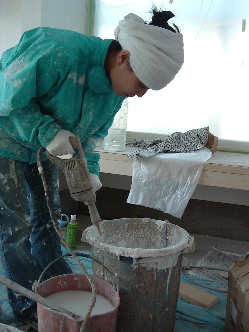 photo by Mitsuko Yamamoto: mixing Chaff-wall (interior wall finish made of sea shell powder)