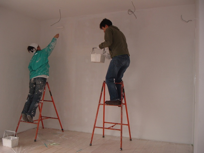 photo by Mitsuko Yamamoto: applying interior finish. My old colleague kindly came to help us.