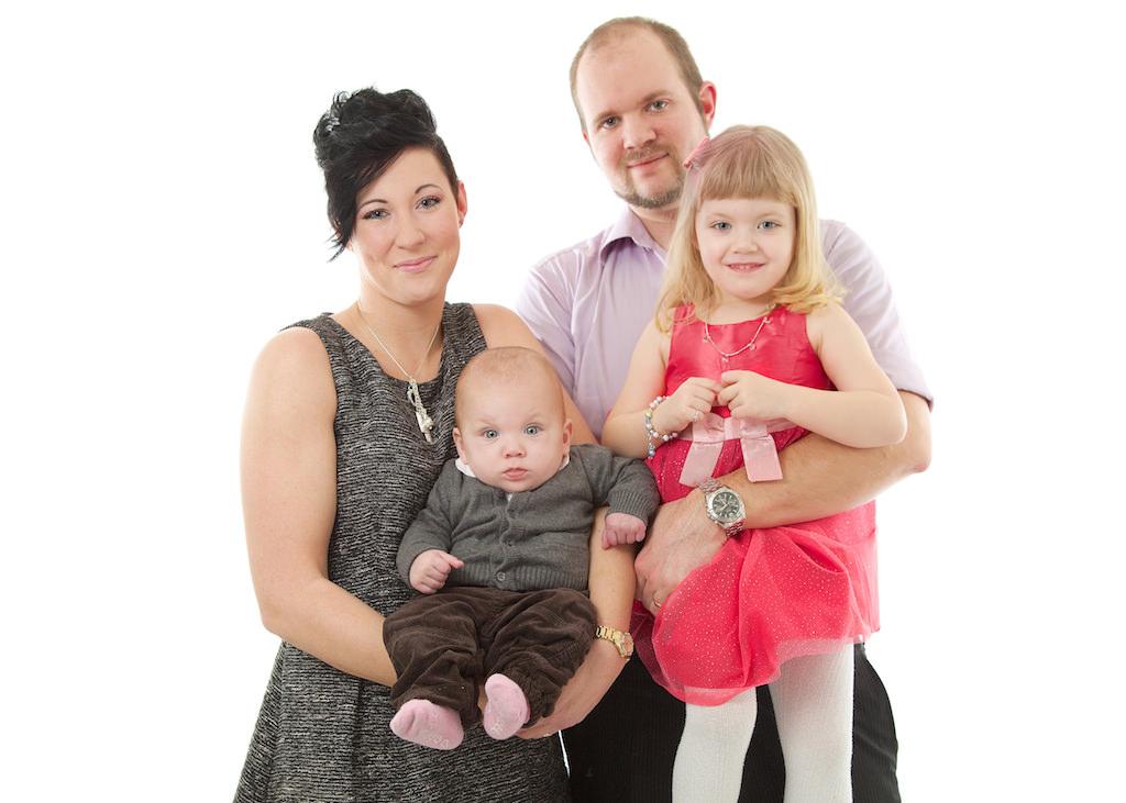 Familjeporträtt med vit bakgrund.jpg