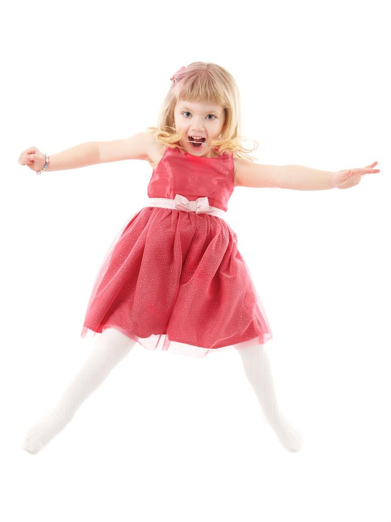 Flicka i röd klänning hoppar.jpg
