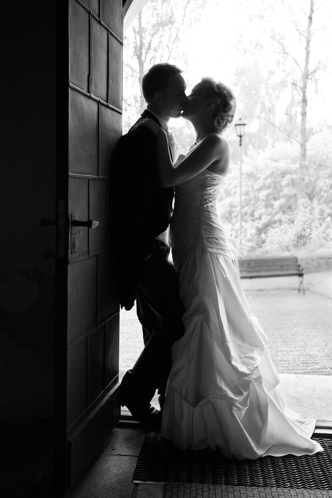 Brudpar, kyss, kyrkport