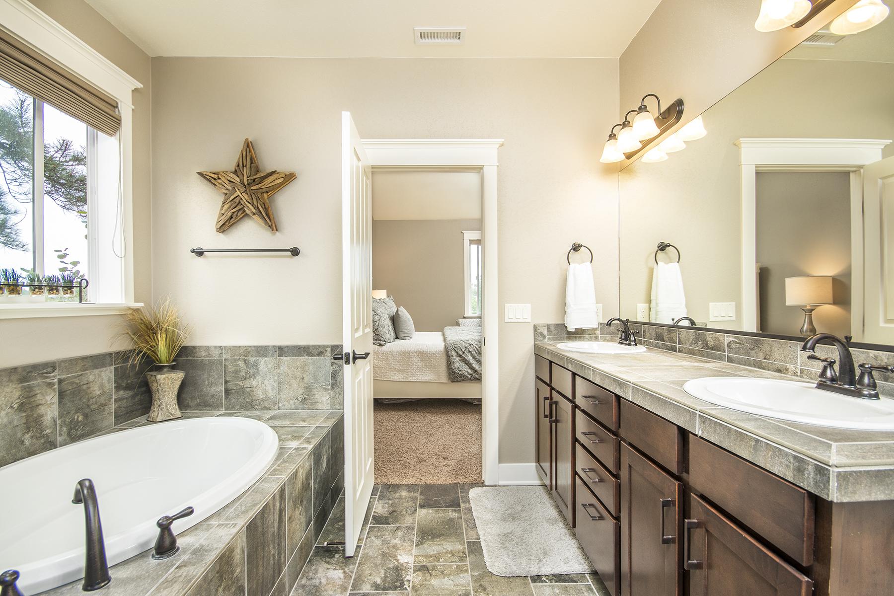 15_Master Bathroom3.jpg