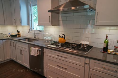 White Shaker kitchen design with bar pull hardware.