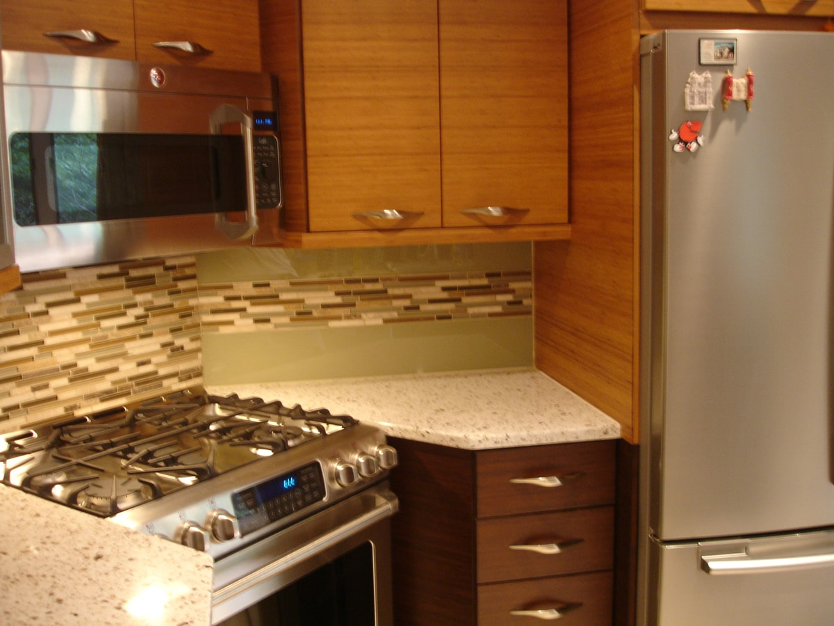 two tone kitchen with glass backsplash