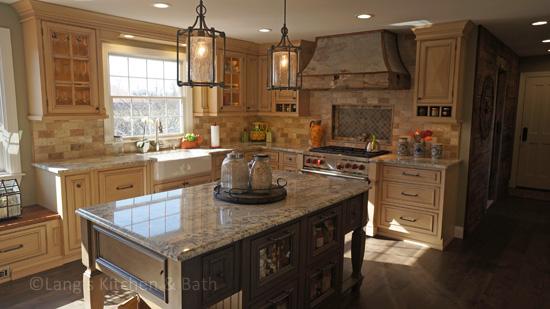 Farmhouse style kitchen design with white farmhouse sink