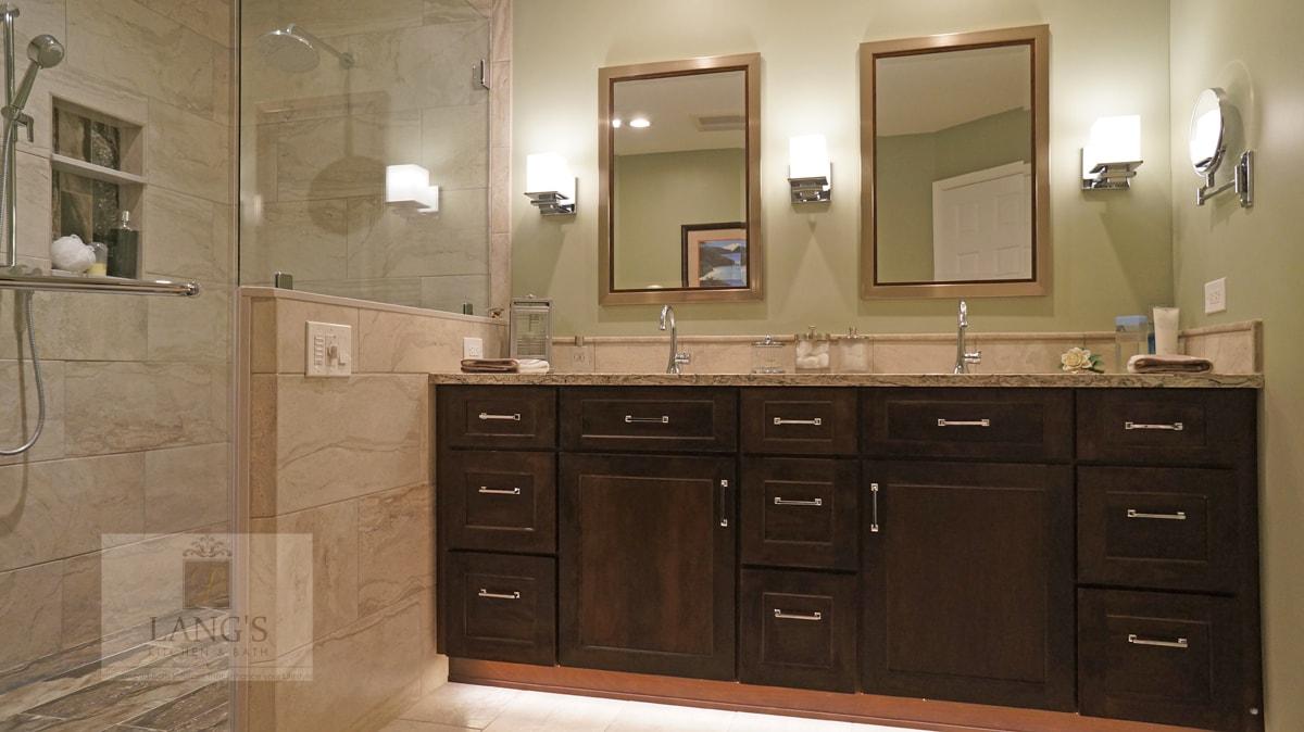 Bath design with vanity and shower niche
