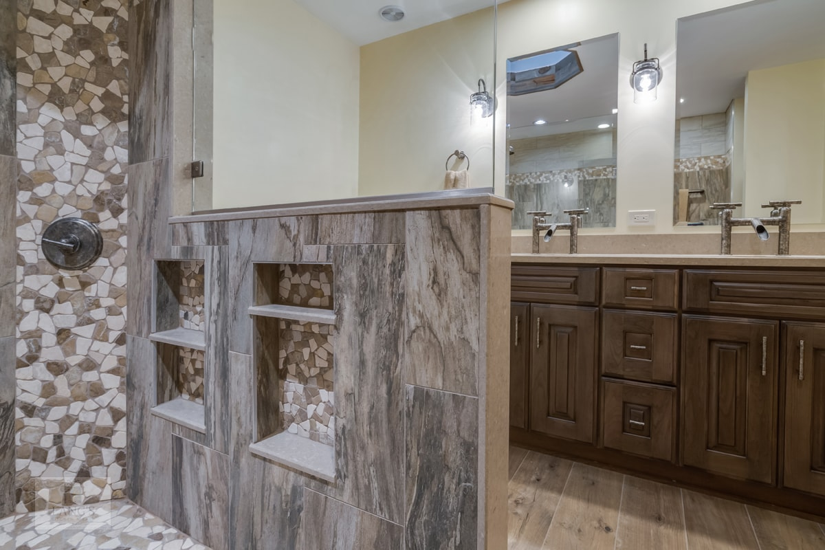 Bathroom design with mixed neutral colors