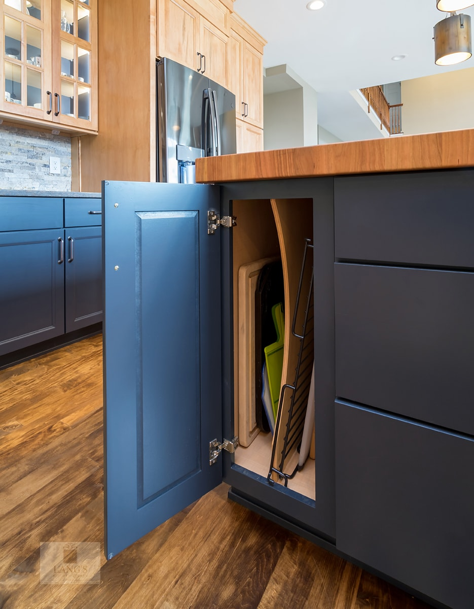 Kitchen cabinet with tray divider