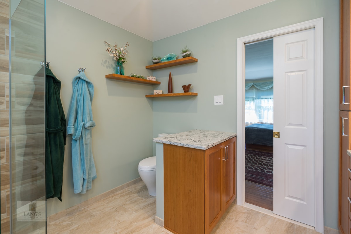 bathroom design with toilet and half wall
