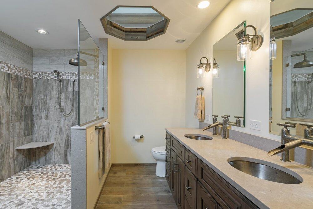 bathroom design with skylight
