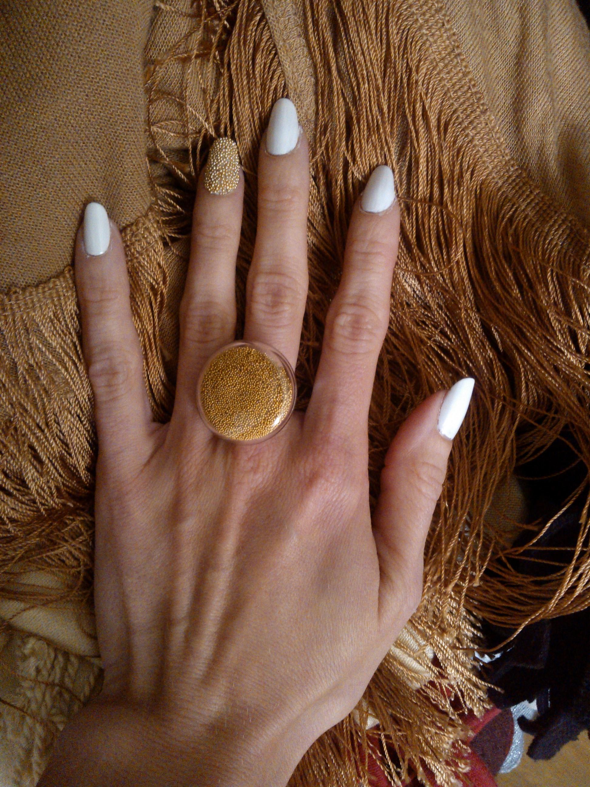 Nie som fanynkou nechtových ozdôb, skôr sa mi zdajú kolotočárske, ale tomuto som neodolala. Dostala som totiž takýto špeciálny prsteň, a keď som zbadala v rotterdamskom obchode takéto guličky, vedela som, že ich chcem. K takýmto nechtom si už potom nedávam žiadne iné ozdoby a doplnky.