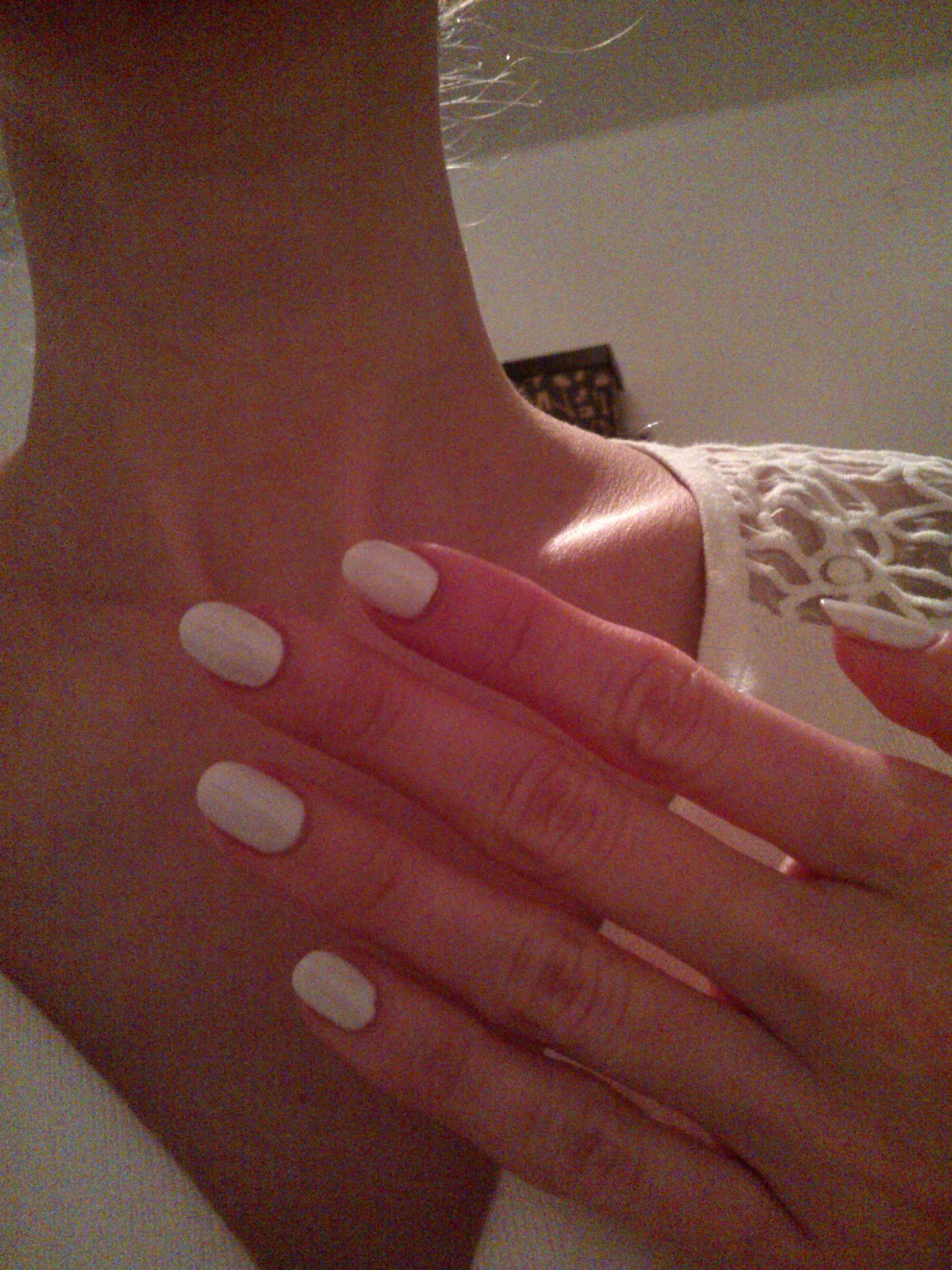 Áno, bielu milujem, aj na nechtoch. Je pre mňa symbolom sofistikovaného minimalizmu, čistoty, nehy. Biele nechty sú chic a elegantné. Len si netreba biely lak zamieňať s kancelárskym bielidlom..