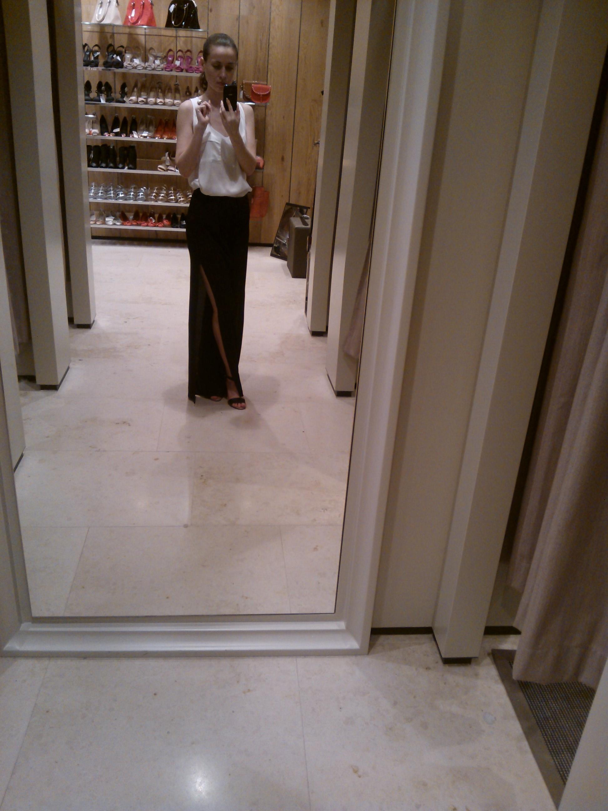Čierne splývavé nohavice s rázporkami Mango